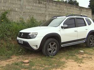 Carro abandonado na fuga da quadrilha (Foto: Reprodução/TV Vanguarda)