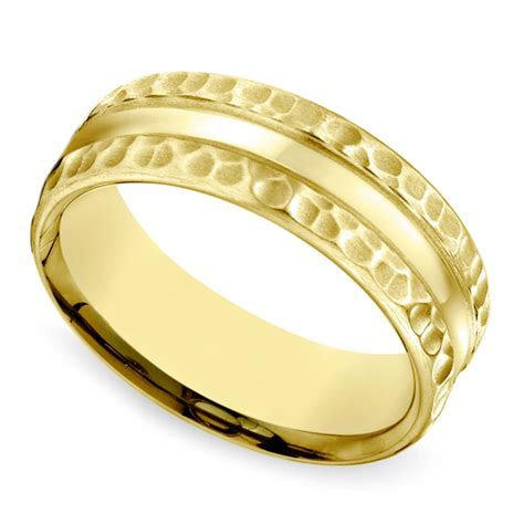 Hammered Men's Wedding Ring in Yellow Gold (7.5mm)