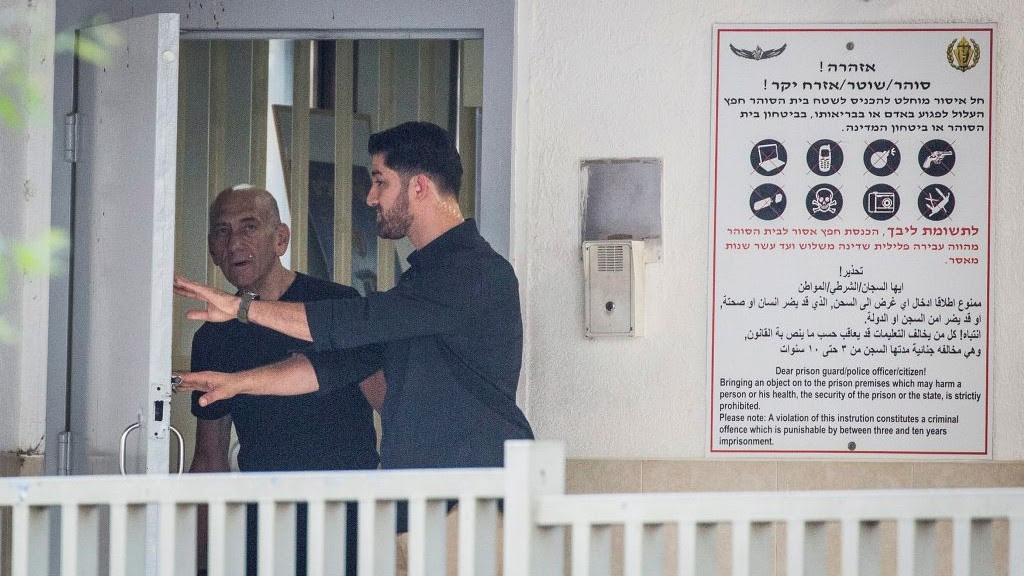 Former prime minister Ehud Olmert leaves Ramle's Ma'asiyahu prison on July 2, 2017, following his release. (Hadas Parush/Flash90)