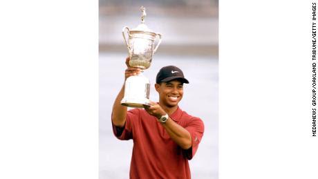 Woods sostiene el trofeo del US Open.