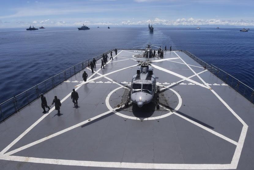 http://static.republika.co.id/uploads/images/inpicture_slide/anggota-tni-angkatan-laut-mempersiapkan-helikopter-disela-latihan-laut-_160414174417-304.jpg