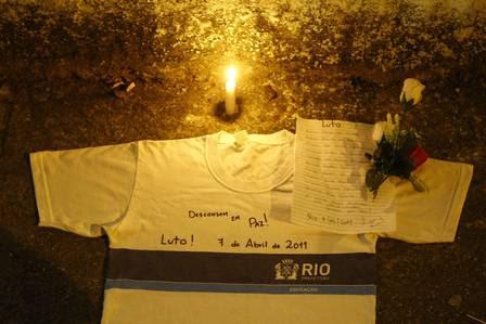 Uniforme escolar é deixado como homenagem às vítimas do massacre de Realengo