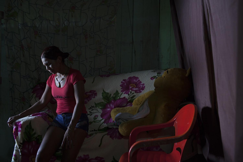 A tristeza de Antônia Nascimento Neves, 34 anos, que vive com os 3 filhos e a nora, na localidade conhecida como Aparecida. Seu maior desassossego é com o trator da Norte Energia, que pode voltar a qualquer momento