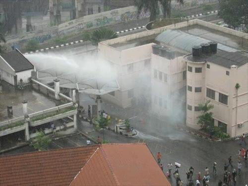 Polis-WaterCannon-Tung-Shin-Hospital
