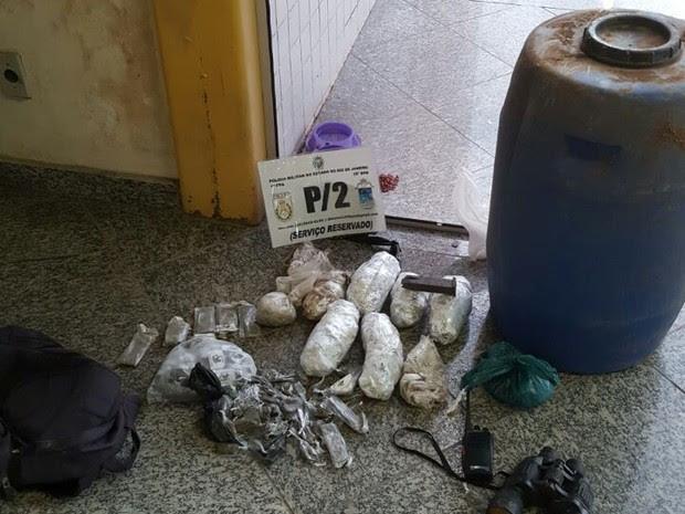 Drogas estavam em mata de São Pedro (Foto: PM/Divulgação)
