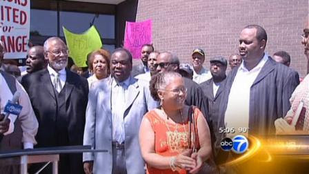 Clergy members and community leaders on Chicagos South Side are calling for a moratorium on the closing of community banks.