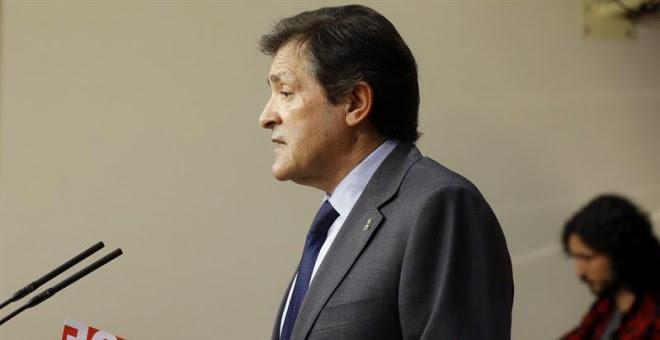 El presidente de la gestora del PSOE, Javier Fernández, en el Congreso. / KIKO HUESCA (EFE)