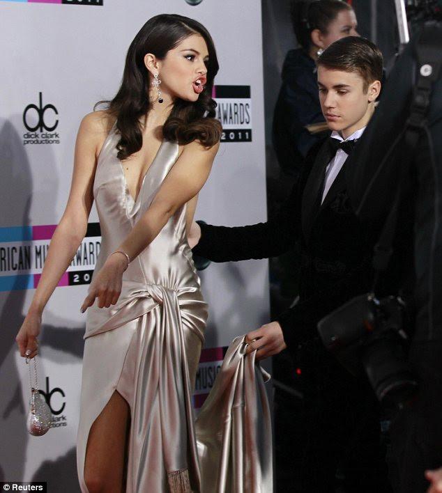 Eu vou ajudá-lo a querida: Justin estava na mão para ajudar a sua dama com seu vestido como eles posaram para mais fotos