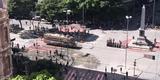Camburão da PM lança jato d'água e gás em camelôs durante manifestação na Praça 7