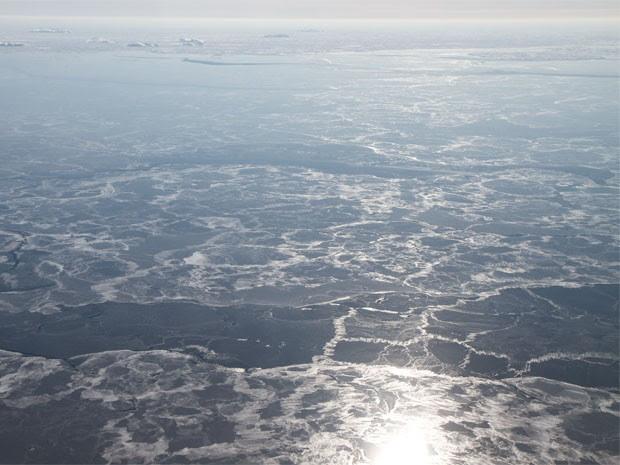 Sol nasce sobre gelo fino que cobre o Oceano Ártico, em região próxima ao Estreito da Dinamarca (Foto: Nasa/Divulgação)