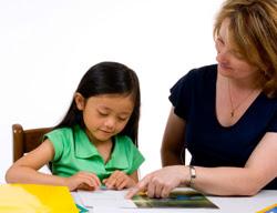 Foto: niña estudiando con una mujer adulta