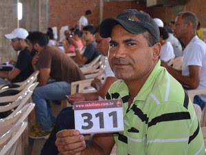 Iverlandio Viana arrematou um dos lotes no leião (Foto: Daniel Scarcello/G1)