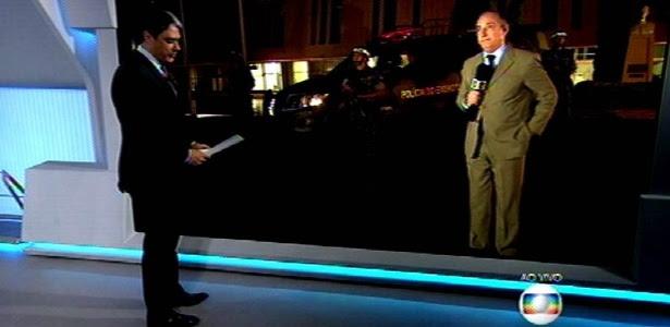 """Em pé, William Bonner conversa com o repórter José Roberto Burnier na estreia do novo formato do """"Jornal Nacional"""""""