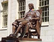 La statua delle «tre bugie» dedicata a John Harvard nel campus della famosa università americana