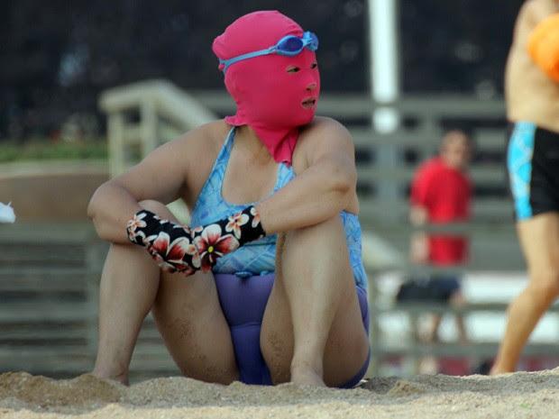 Mulher exibe 'biquíni facial' em praia de Qingdao, na China (Foto: AFP)