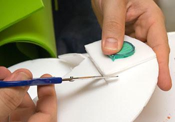Reforce a base de isopor colando sobre mais uma lâmina do material