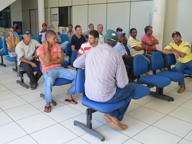 Fila de vacinação contra febre aftosa em Cacoal, RO (Foto: Magda Oliveira/G1)