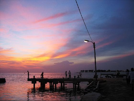 http://pantang.files.wordpress.com/2008/06/2715309-sunset_pramuka_pier-pulau_seribu.jpg