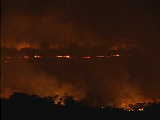 Fogo na Serra do Carmo pode causar danos à rede elétrica (Foto: Reprodução/TV Anhanguera)