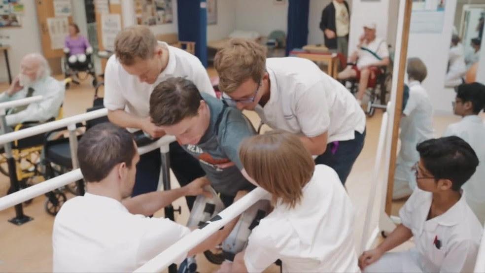 Alex surpreendeu todos ao conseguir caminhar com próteses especiais logo nas primeiras semanas de recuperação  (Foto: Reprodução)