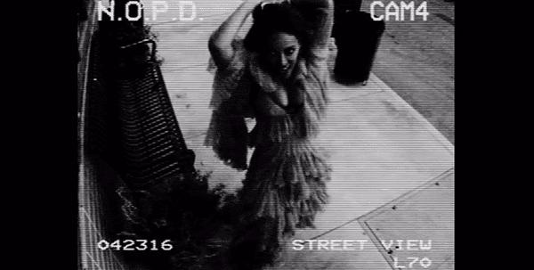 Apesar knowning que que as imagens deste câmera de CCTV irá diretamente para o departamento de polícia de Nova Orleans (e, provavelmente, a mídia), Beyoncé ataca-lo.  Auto destruição.