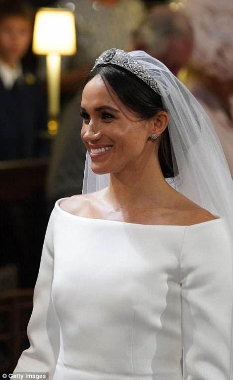 Meghan sonríe ampliamente durante su boda con el Príncipe Harry en la Capilla de San Jorge en Windsor