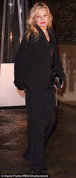 Back in Black: A opção de ir para um toque moderno em roupas de noite, a Vogue cobrir regulares vestiu uma jaqueta estilo smoking preto folgado e calça
