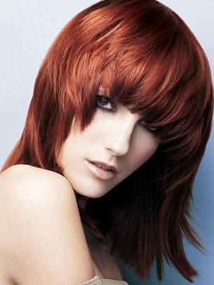 Estilo médio do cabelo em camadas