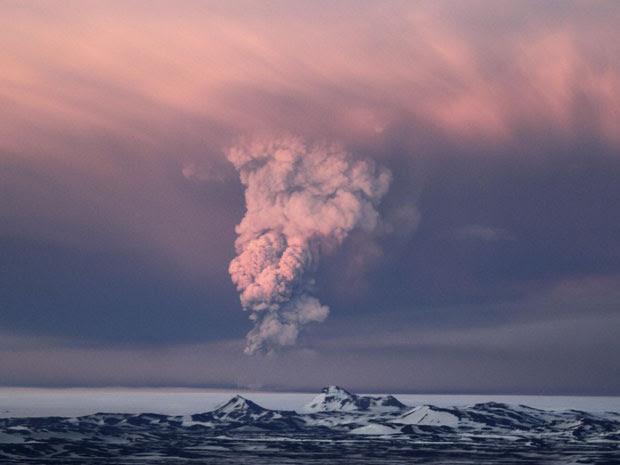Vulcão entrou em erupção no sábado (21) (Foto: Jon Gustafsson/AP)