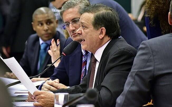 Deputado Jovair Arantes (PTB-GO) apresentou relatório a favor da saída de Dilma
