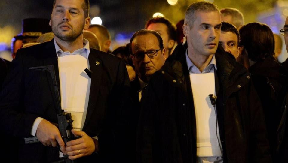 El presidente Francois Hollande llega al teatro Bataclan con una fuerte custodia. Los atentados han causado al menos 158 muertos. (AFP / MIGUEL MEDINA)