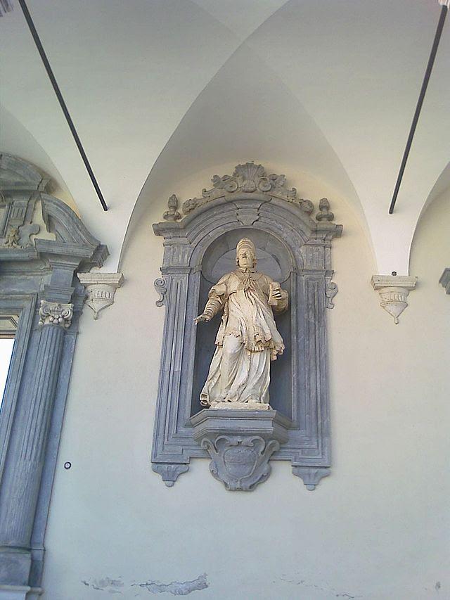 Statue ingresso terzo chiostro.jpg