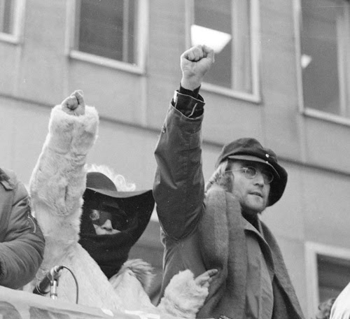 Yoko One & John Lennon  Power to the people !  (Source : http://anotherversionofthetruth.tumblr.com/)