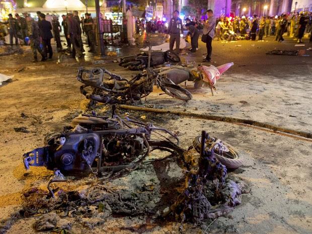 Carcaças de motos destruídas pela explosão em Bangcoc, capital da Tailândia (Foto: Athit Perawongmetha/Reuters)