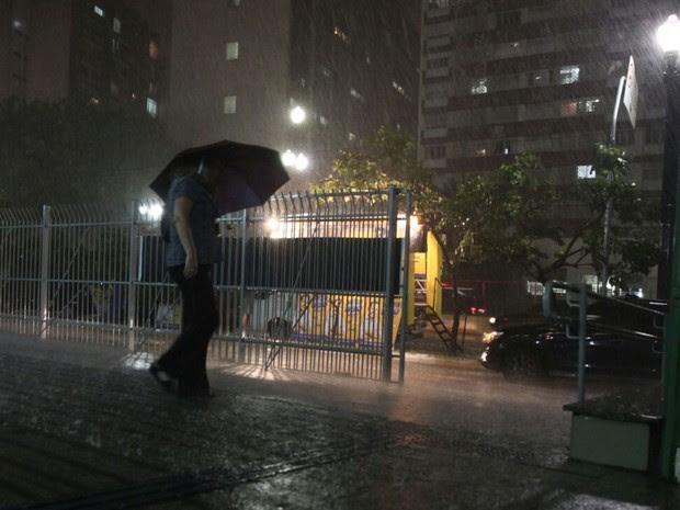 Chuva atinge a região Central de SP neste domingo (28) (Foto: Fabio Tito/G1)