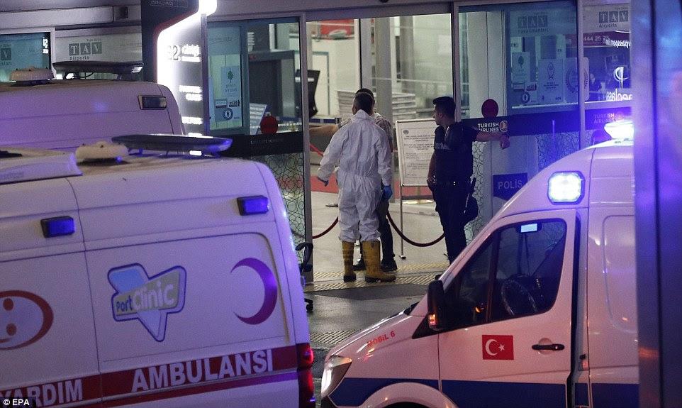oficiais forenses entrar no terminal, onde três homens-bomba abriu mais cedo fogo e coletes suicidas detonaram no aeroporto Ataturk