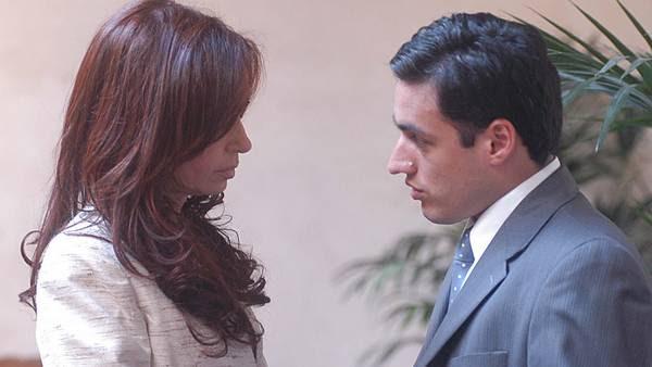 Atenta. Cristina y su ex secretario privado Isidro Bounine en 2007. /Archivo