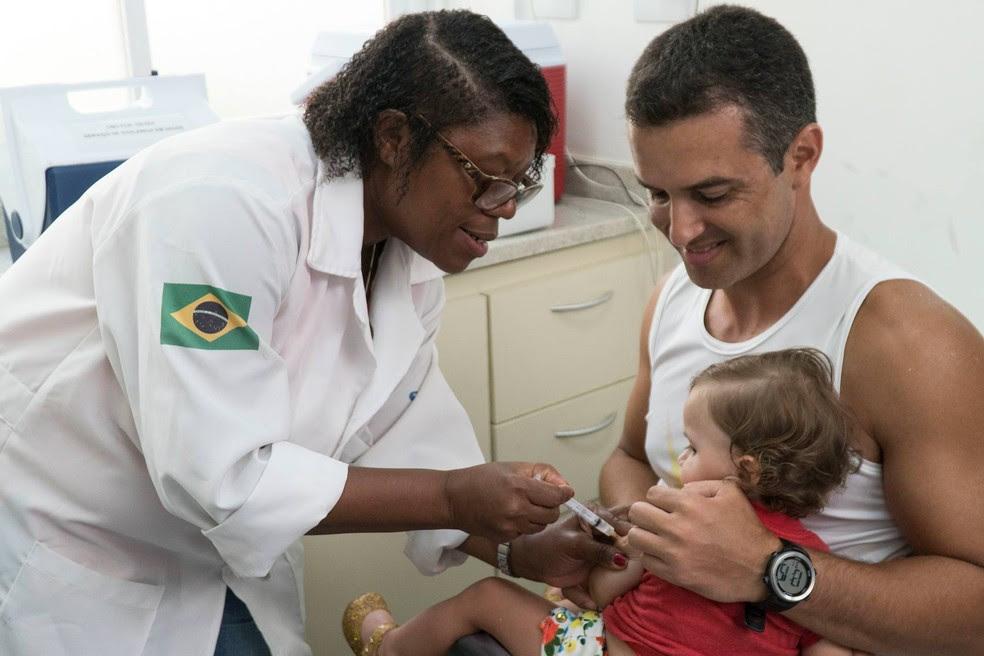 Vacina da febre amarela é distribuída pela rede pública no Brasil (Foto: Renata Brito/AP)