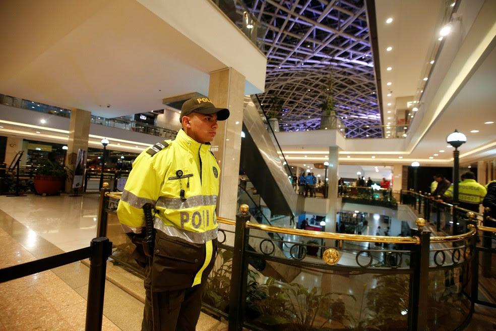 Policial mantém guarda em área isolada do Shopping Andino após um explosivo ser detonado dentro de um banheiro feminino (Foto: Jaime Saldarriaga/Reuters)