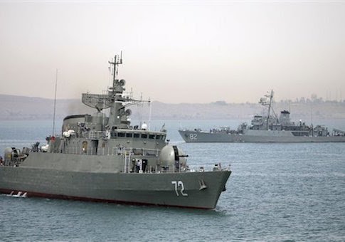 Nesta fotografia tirada na terça-feira, 7 de abril, 2015, e divulgado pela Agência semi-oficial de notícias Fars, navio de guerra iraniano Alborz, em primeiro plano, se prepara antes de deixar as águas do Irã