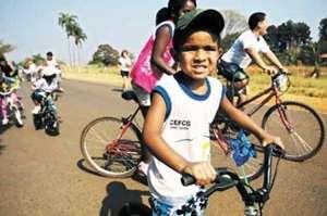 O aluno Rykelme Henrique Silva, 5 anos, e o presente desejado