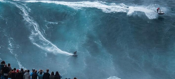 Δαμάζοντας κύματα-βουνά: Η μάχη των σέρφερ με τους θαλάσσιους «γίγαντες» ύψους 30 μέτρων [εικόνες]