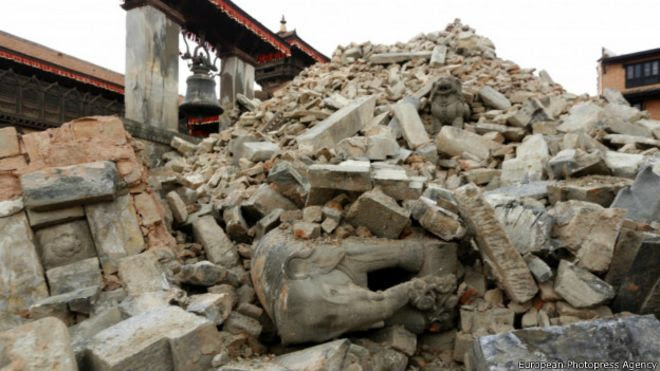 Развалины древнего храма в Непале после разрушительного землетрясения 25 апреля 2015 года