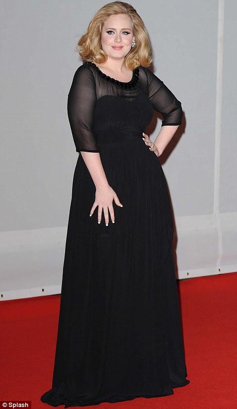 A representação da beleza: Adele usava um lindo vestido preto com mangas pura