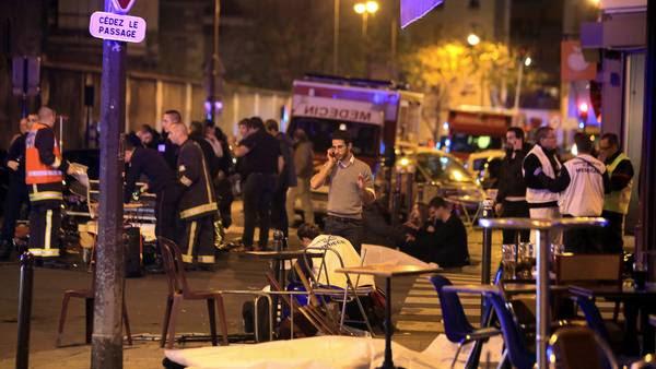 """Horror. Cadáveres cubiertos con sábanas en el barrio XXI° de París, junto a sillas y mesas de uno de los restaurantes atacados por terroristas. La """"ciudad luz"""" está en estado de shock. / ap"""