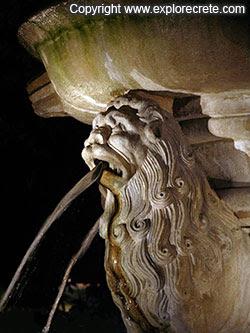 ένα από τα λιοντάρια με το νερό να τρέχει από το στόμα του τη νύχτα