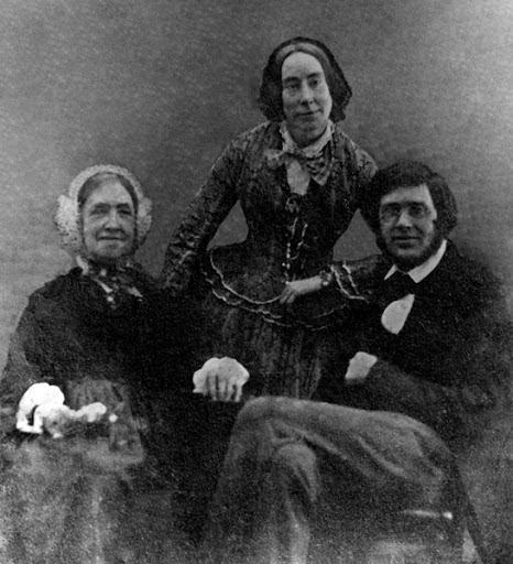 No aconchego do lar, com sua mãe e irmã em 1853/4. Fonte: