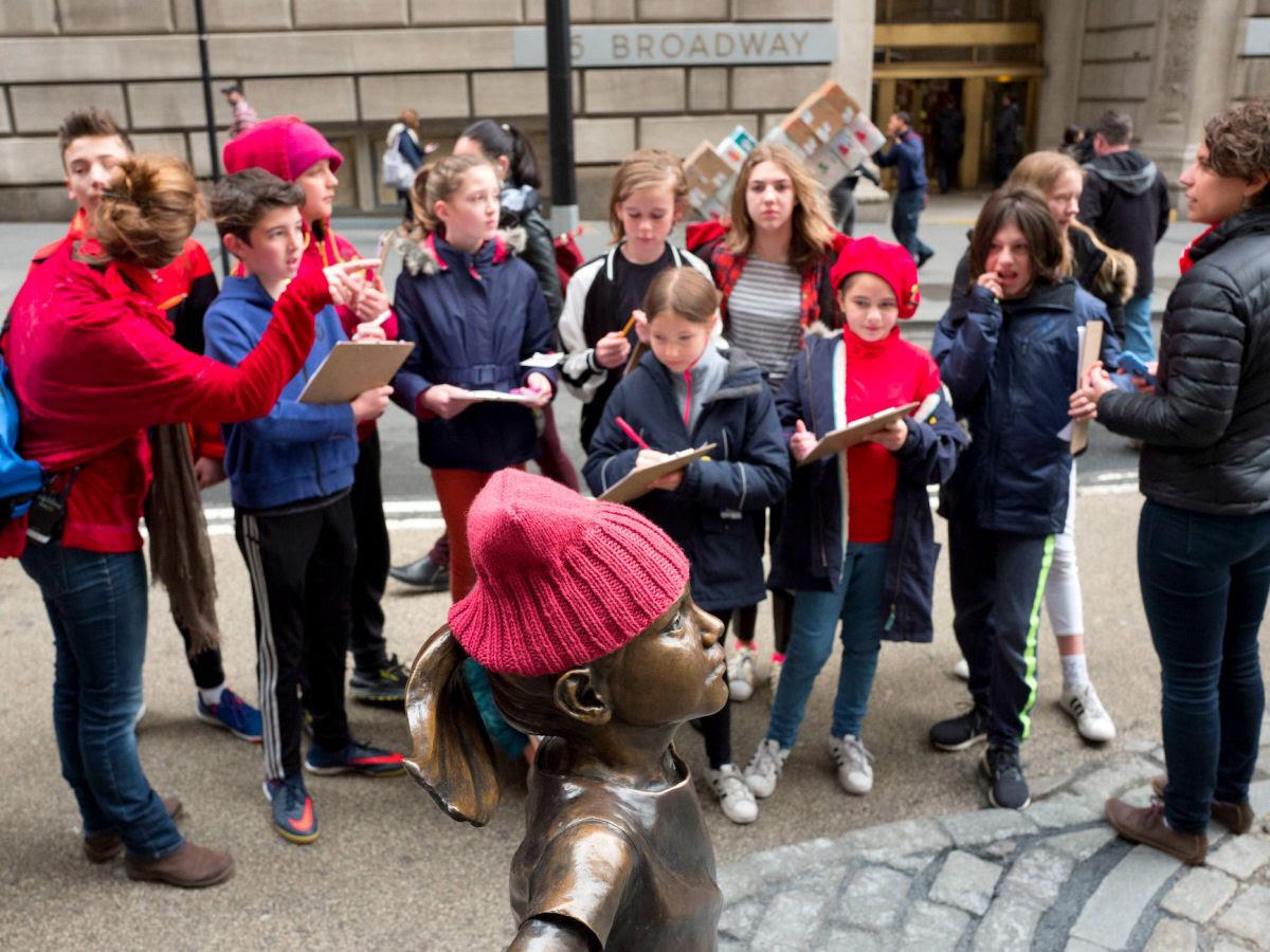 Erigem estátua de uma menina intrépida bem em frente ao touro de Wall Street 06