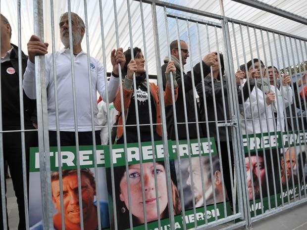 Membros de organizações não governamentais protestam em apoio aos ativistas do Greenpeace presos na Rússia  (Foto: PIERRE ANDRIEU / AFP )