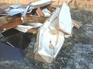 Caixões são jogados em rua de Itacarambi (Foto: Internauta VC no G1)